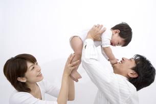 息子をあやす父親と母親の写真素材 [FYI03213313]