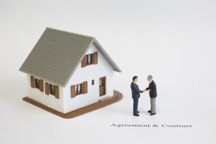模型の家とビジネスマンの写真素材 [FYI03213321]