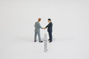 握手をする模型のビジネスマンの写真素材 [FYI03213323]