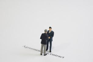 握手をする模型のビジネスマンの写真素材 [FYI03213326]