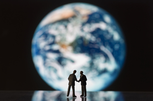 模型の地球儀とビジネスマンの写真素材 [FYI03213335]