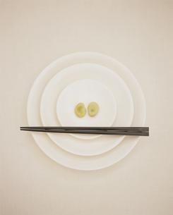 白い皿と空豆の写真素材 [FYI03213548]
