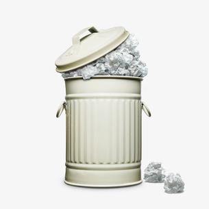 ゴミいっぱいのゴミ箱の写真素材 [FYI03213557]