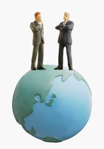 地球と2人の男性の写真素材 [FYI03213615]