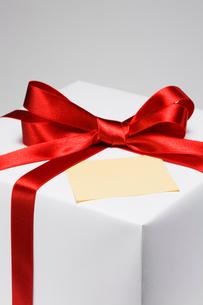 プレゼント箱とメッセージカードの写真素材 [FYI03213634]