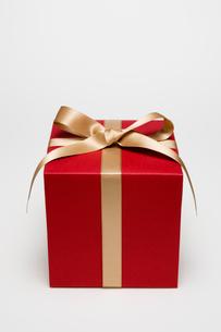 ゴールドのリボンの箱の写真素材 [FYI03213635]