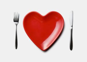 ハートの皿とフォークとナイフの写真素材 [FYI03213672]