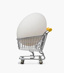 カートと卵の写真素材 [FYI03213676]