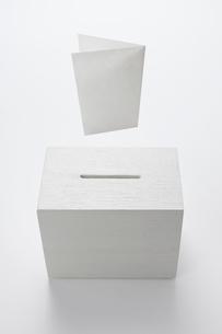 投票箱と投票用紙のイラスト素材 [FYI03213733]