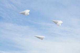 空飛ぶ紙飛行機の写真素材 [FYI03213776]