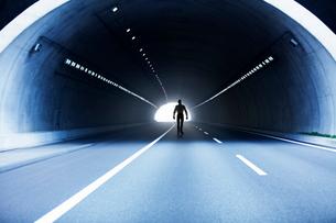トンネルを歩いていく男の写真素材 [FYI03213845]