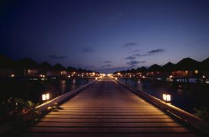 水中コテージの夕景 モルディウ゛の写真素材 [FYI03213947]