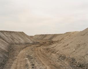 砂山と工場の写真素材 [FYI03213964]