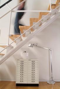 階段と整理棚の写真素材 [FYI03214060]