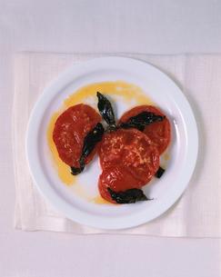 ローステッドトマトのオリーブソースかけの写真素材 [FYI03214115]