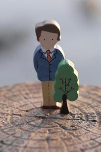 切り株の上の男性と木の置物のイラスト素材 [FYI03214166]