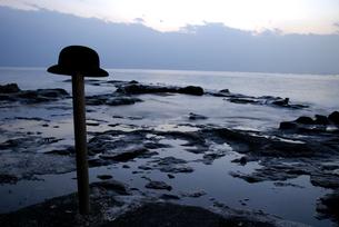 海辺の棒に乗っている帽子の写真素材 [FYI03214170]