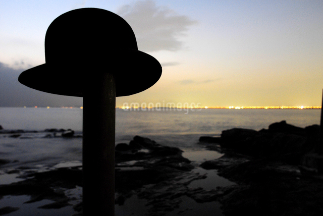 海辺の棒に乗っている帽子の写真素材 [FYI03214171]
