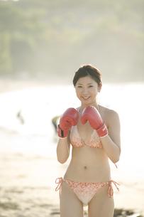 ボクシンググローブと水着姿の女性の写真素材 [FYI03214240]