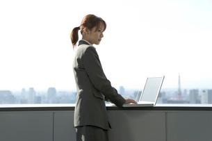 パソコンを打つスーツ姿の女性の写真素材 [FYI03214261]