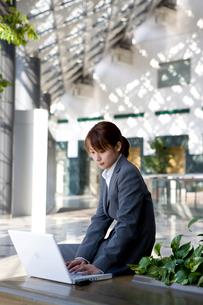 パソコンを打つスーツ姿の女性の写真素材 [FYI03214285]