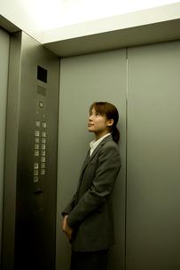 エレベーターの中のスーツ姿の女性の写真素材 [FYI03214286]