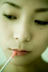メイクをする日本人20代女性の写真素材 [FYI03214300]