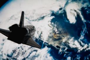 宇宙ロケットと地球の写真素材 [FYI03214316]
