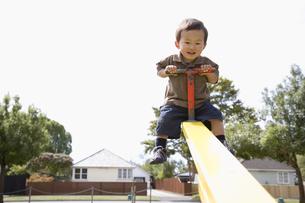 シーソーで遊ぶ子供の写真素材 [FYI03214330]