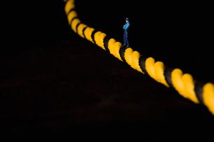 安全ロープの上のミニチュア人形の写真素材 [FYI03214376]