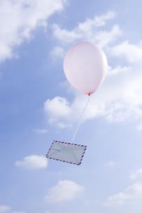 エアメールのついた風船と青空の写真素材 [FYI03214393]