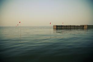 湖と旗の写真素材 [FYI03214429]