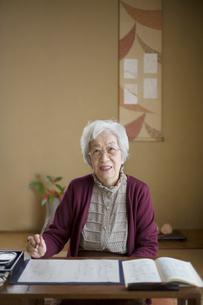 和室で書道をするシニア女性の写真素材 [FYI03214468]
