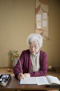和室で書道をするシニア女性の写真素材 [FYI03214481]