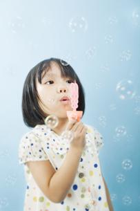 しゃぼん玉を吹く女の子の写真素材 [FYI03214485]