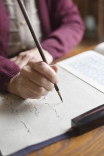 書道をするシニア女性の手元の写真素材 [FYI03214489]