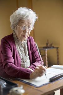 和室で書道をするシニア女性の写真素材 [FYI03214502]