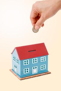 家の形をした貯金箱の写真素材 [FYI03214506]