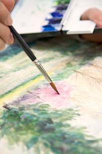 水彩画を描く手元の写真素材 [FYI03214507]