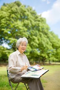公園で絵を描くシニア女性の写真素材 [FYI03214508]