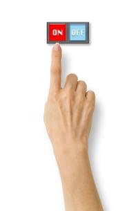 スイッチのオンを押そうとする右手の写真素材 [FYI03214513]