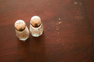 テーブルの上の塩と胡椒の瓶の写真素材 [FYI03214604]