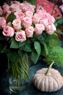 花屋のバラとカボチャの置物の写真素材 [FYI03214605]
