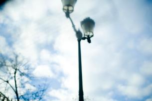 街灯と羊雲の写真素材 [FYI03214697]