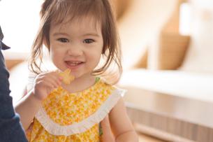 クッキーを食べる女の子の写真素材 [FYI03214707]