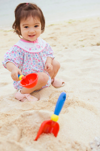 砂浜で遊ぶ女の子の写真素材 [FYI03214746]