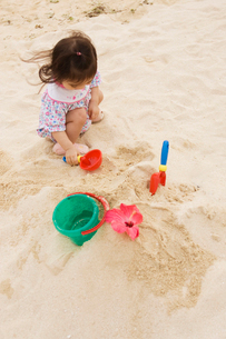 砂浜で遊ぶ女の子の写真素材 [FYI03214747]