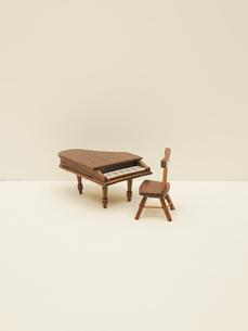 ミニチュアの椅子とピアノの写真素材 [FYI03214791]