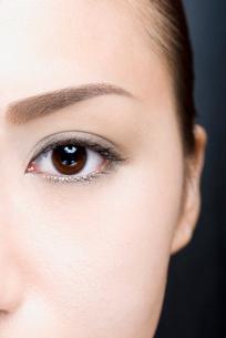 女性 瞳アップの写真素材 [FYI03214795]
