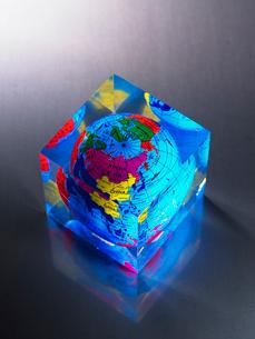 アクリル地球儀の写真素材 [FYI03214802]